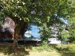 Koolimaja asus suure ilusa pargi kõrval. 5 minutit läbi pargi, üle jõe, tiba tänavaid ja olingi oma öömajapesas.